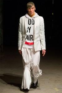 Modell mit Blazer, Kaputze, weit geschnittener Hose und Strumpfhose - aber auf dem Kopf! Foto: Dandy Diary