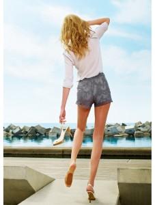Der sommerliche Glanz dieser ultratransparenten Strumpfhose macht Beine zum attraktiven Highlight.