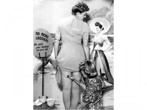 Eine Frau lässt sich einen Strumpf mit Make-up aufs Bein malen - inklusive falscher Rücknaht.