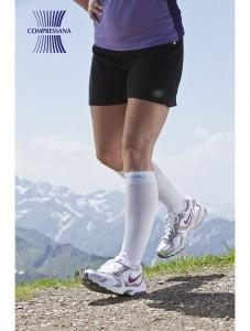 Der Sportkniestrumpf steigert die Leistungsfähigkeit und Ausdauer durch die Unterstützung der Muskelpumpen und senkt somit das Verletzungsrisiko.
