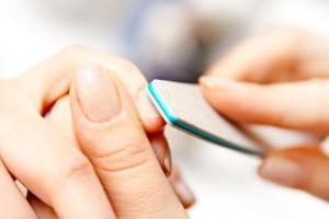 Eine gründliche Nagelpflege zählt zum A und O des Kampfes gegen Laufmaschen.